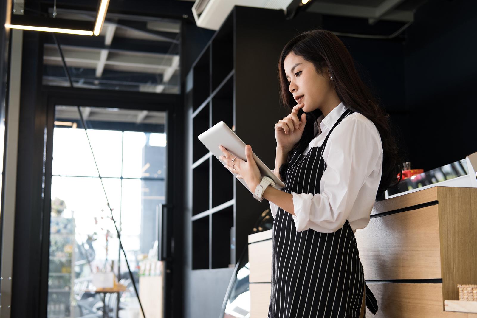 restaurant employee training in tablet